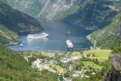 Kryssa omkring eyeliner i Geirangerfjord havsport med turister på Juni 29, 2016 i Geiranger, Norge Royaltyfri Foto