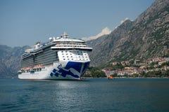 Kryssa omkring eyeliner och yachter i den Kotor fjärden Montenegro Arkivfoto