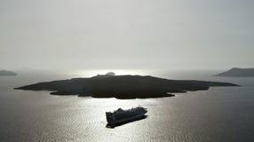 Kryssa omkring eyeliner på havet nära Nea Kameni royaltyfri foto