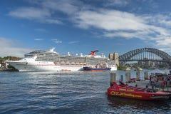 Kryssa omkring eyelinerkarnevallegenden som parkeras i Sydney Harbour, Sydney, Australien royaltyfria foton