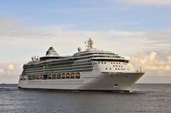 Kryssa omkring eyelinerSERENAD AV HAVEN i det baltiska havet royaltyfri foto