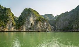 Kryssa omkring i den Halong fjärden, Vietnam Royaltyfri Foto