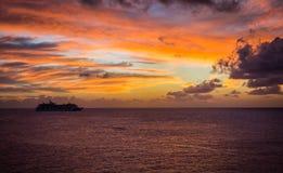 Kryssa omkring in i solnedgången Arkivbild