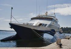 Kryssa omkring katamaranprinsen av Venedig förtöjde i Porec port Royaltyfri Foto