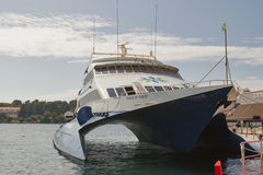 Kryssa omkring katamaranprinsen av Venedig förtöjde i Porec port Arkivbild