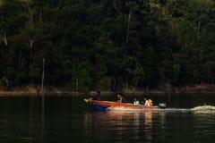 Kryssa omkring kungliga Belum, Temengor sjö Arkivfoto