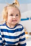 Kryssa omkring med ungar Barnet som ler framsidan gjorde randig skjortan, ser som sjöman Kryssning för hav för ungepojkelitet bar Royaltyfri Foto