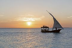 Kryssa omkring på en dhow på solnedgången, Nungwi, Zanzibar, Tanzania fotografering för bildbyråer