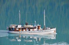 Kryssa omkring på glaciärfjärden Royaltyfri Foto