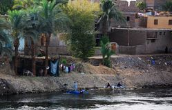 Kryssa omkring på Nile River, bygden, sydliga Egypten royaltyfri bild
