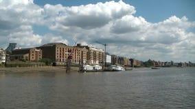Kryssa omkring på Thames River, london, överskrift till greenwich stock video