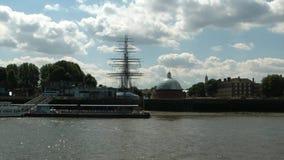 Kryssa omkring på Thames River, london, överskrift till greenwich arkivfilmer