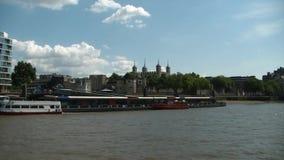 Kryssa omkring på Thames River, London, London torn arkivfilmer
