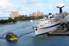 kryssa omkring portshipen Royaltyfri Foto