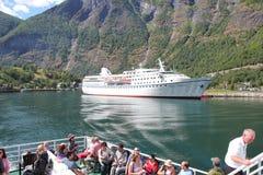 Kryssa omkring resan på sjöflams mellan berget i Norge Arkivbilder
