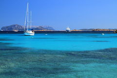 Kryssa omkring segelbåtar på det azura havet, Sardinia Royaltyfria Bilder
