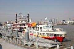 Kryssa omkring skepp i Shanghai, Kina royaltyfria foton