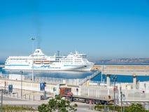 Kryssa omkring skeppskeppsdockan på Marseille port Arkivbilder