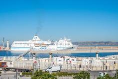 Kryssa omkring skeppskeppsdockan på Marseille port Arkivbild