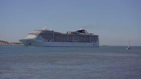 Kryssar omkring det stora kryssa omkring skeppet för den Lissabon september 2015 tejofloden av MSCEN Arkivbild