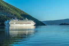 Kryssare i fjärden av Kotor royaltyfri foto