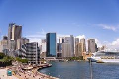 Kryssare i Sidney port royaltyfri foto