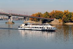 Kryssare och fot- bro över Dnieperen, Kiev, Ukraina Gå för turister royaltyfria foton