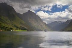 Kryssare på Hjorundfjord royaltyfri foto