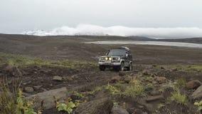 kryssare Prado som för Av-väg expeditionToyota land kör på vägen för stenigt berg stock video