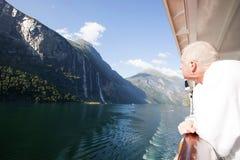 Kryssare som beundrar sju systerFalls i Geiranger royaltyfri fotografi