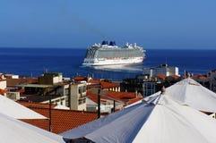 Kryssare som lämnar port royaltyfria bilder
