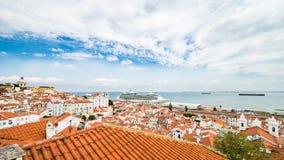 Kryssareskepp i kryssningporten av Lissabon arkivbild