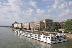 Kryssareskepp på Danube River Budapest Royaltyfri Bild