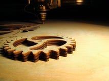Kryssfanerkugghjul som göras av laser Arkivfoton