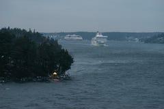 Kryssning färjer segling till och med skerries Royaltyfria Bilder