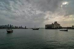 Kryssning för Qatar doha kornischdhow Arkivbild