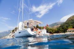 Kryssning för segling för paryachtbröllopsresa lyxig Arkivfoto