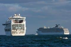 kryssning head ut havsships till två fotografering för bildbyråer