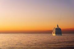 Kryssning på havet på solnedgången Royaltyfria Foton