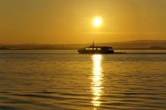 Kryssning på soluppgång på ther Moray Firth Arkivbilder