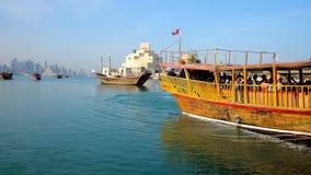 Kryssningar längs kusten av Doha, Qatar arkivfilmer