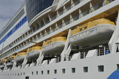 Kryssningeyeliner AIDAluna, räddningsaktionfartyg Royaltyfri Bild