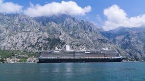 Kryssningeyeliner i det Adriatiska havet havet mot arkivfoto