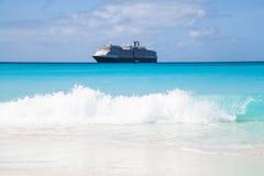Kryssningeyeliner i det karibiska havet Arkivbild