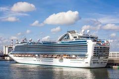 Kryssningeyeliner i Forts Lauderdale hamn Arkivfoton