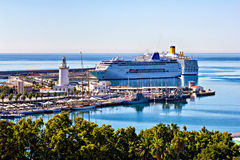 Kryssningeyeliner i hamnen av Malaga Royaltyfri Bild