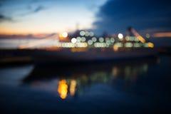 Kryssningeyeliner i hamnen på natten. royaltyfria foton