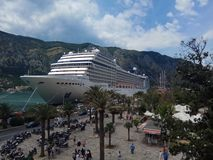 Kryssningeyeliner i Kotor Montenegro royaltyfri fotografi
