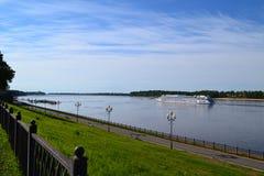 kryssningeyeliner på den Volga River sikten från invallningen royaltyfri foto