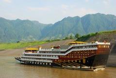 Kryssningeyeliner på Yangtze River i porslin royaltyfria foton
